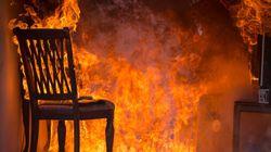 Lasciano i figli adolescenti a casa da soli, loro incendiano l'appartamento. Denunciati i