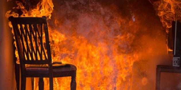 Lasciano i figli a casa da soli, loro incendiano l'appartamento a Celle Ligure. Denunciati i