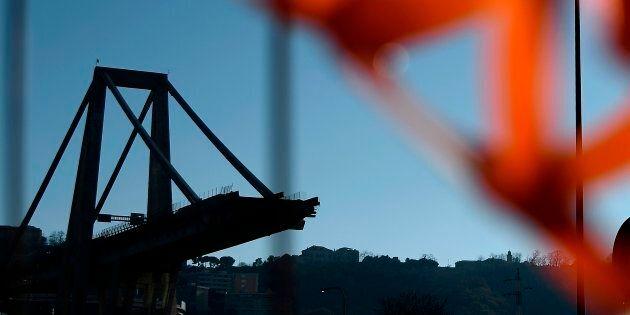 Ponte Morandi, via al dissequestro del moncone ovest. Domani il nome di chi lo