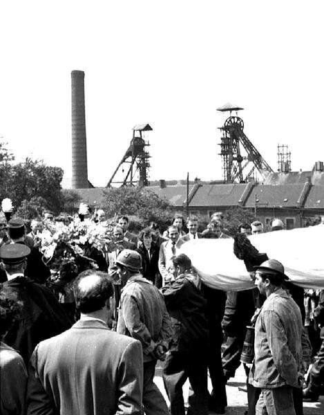 Una immagine del 17 agosto 1956 del funerale di 32 dei 268 minatori morti nella miniera Bois du Cazier...