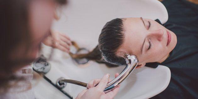 6 shampoo in 5 ore per un trattamento speciale: donna viene colpita da un