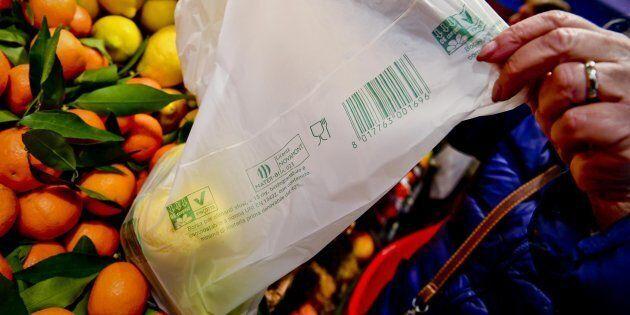 I sacchetti bio per la frutta e la verdura si possono portare da casa. La decisione del Consiglio di