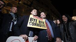 Approvato il ddl Anticorruzione: M5s espone cartelli con la scritta