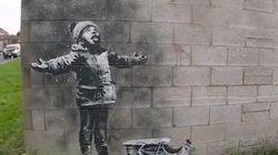 Il ritorno natalizio di Banksy: il graffito sul muro di un garage nasconde un