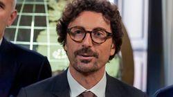 Doppia stoccata di Toninelli a Salvini: