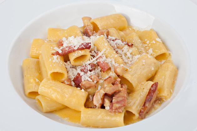 31503457 - close-up italian rigatoni plate with prosciutto, parmesan
