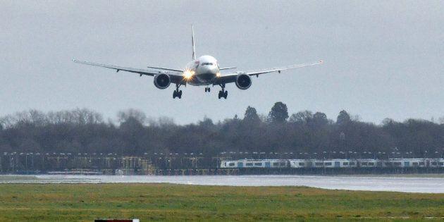 Due arresti per i droni sull'aeroporto di Gatwick a Londra. Lo scalo