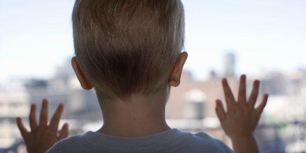 Bimbo di 4 anni cade dal quarto piano: illeso, denunciato