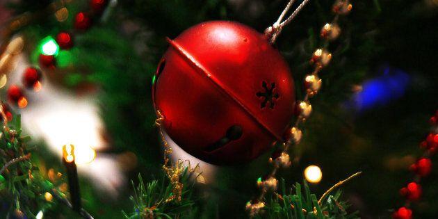 Albero di Natale con decorazioni rosse e dorate: fiocco di neve e