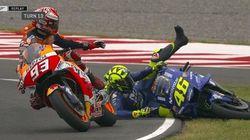Marquez sperona e fa cadere Rossi. Prova a scusarsi ma il miglior amico di Valentino lo caccia
