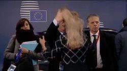 Juncker spettina una dipendente. La ministra inglese lo attacca: