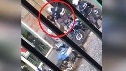 I poliziotti che hanno schiaffeggiato un ragazzo in strada a Napoli non sono più operativi. Tornano in