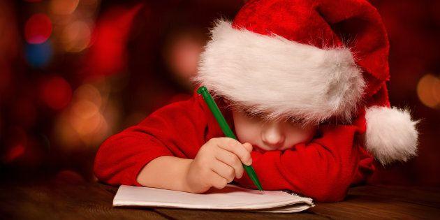 Regali Di Natale Bimbi.Non Riceve I Regali Richiesti Nella Lettera A Babbo Natale Bimbo Di