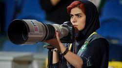 Lo smacco di Parisa al regime di Teheran, è la prima donna in Iran a fotografare una partita di