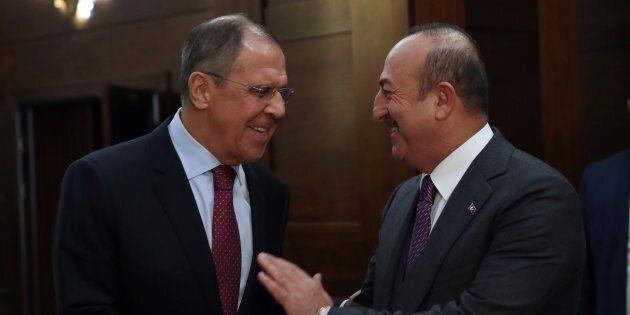 La stretta di mano tra i ministri degli Esteri di Russia e