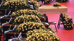 Funerali di Genova, applausi per i Vigili del Fuoco. Bagnasco: