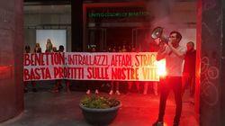 Militanti dei centri sociali bloccano un negozio Benetton a