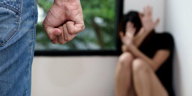 Lei vuole lasciarlo, lui le mette il guinzaglio: