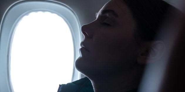 Si addormenta in aereo, al risveglio scopre che un uomo le aveva slacciato gli abiti e la stava molestando....