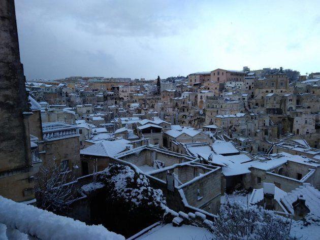 La neve imbianca Matera. Nel resto della Basilica il gelo causa disagi su