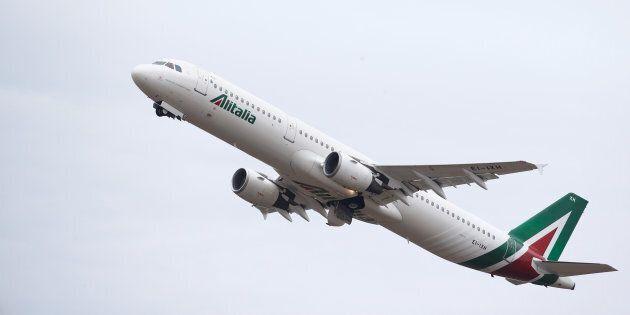 Il ministro Carlo Calenda strizza l'occhio a Lufthansa per la vendita di Alitalia ma passa la palla al...