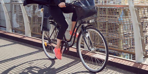Fino a 25 euro al mese a chi va in bici e stop plastica nelle mense: svolta green a