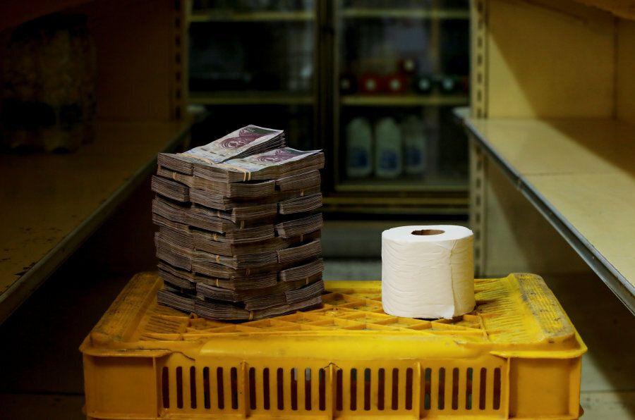 Un rotolo di carta igienica costa 2,6 di bolivar, l'equivalente di 0,35 euro. I prezzi sono quelli di...