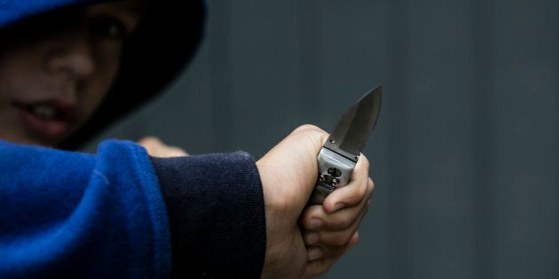 Ragazzo accoltella a morte il padre mentre giocano a casa, sarebbe stato un raptus