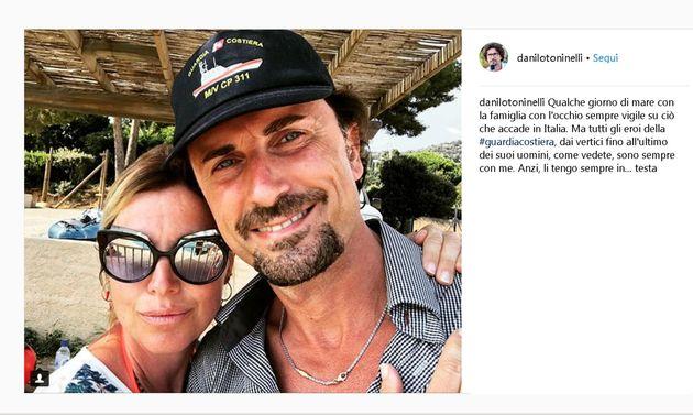 Una foto senza occhiali e con il berretto della guardia costiera, abbracciato alla moglie che indossa...