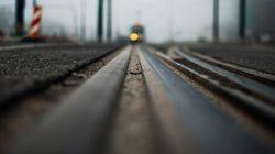 Ubriaco alla guida sfonda un cancello e corre con l'auto sui binari della ferrovia