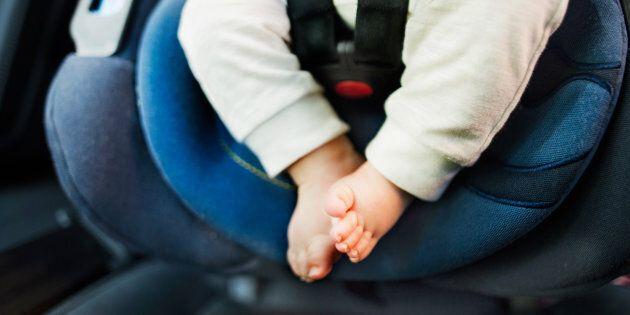 Un incidente stradale uccide la madre: due bambini sopravvivono per giorni da soli in
