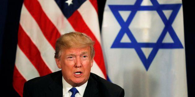 Donald Trump spiazza ancora e indossa la kefyah:
