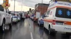 Le immagini inedite della polizia mostrano i primi soccorsi dopo il crollo del ponte di