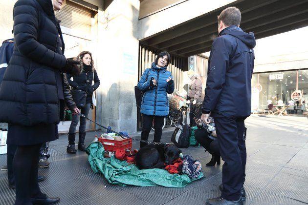 Clochard trovolto e ucciso in centro a Roma. Il cane rimane rannicchiato accanto al suo