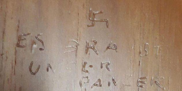 Svastica e un verso nazista sulla porta di un bagno della Camera dei