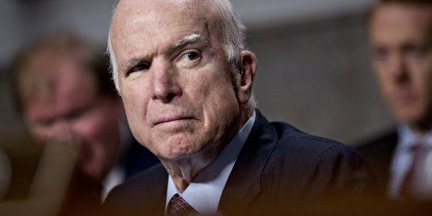 John McCain si arrende, interrompe le terapie