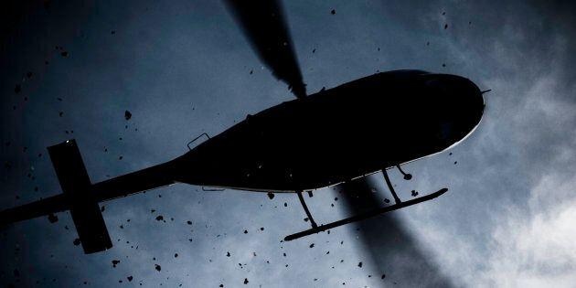 Atterra con l'elicottero nel centro di Usseglio, nel torinese, per prendere un caffè con