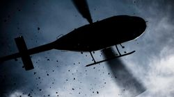 Atterra con l'elicottero nella piazza del paese per prendere un caffè con gli