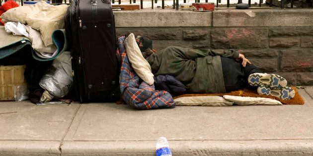 Vigili romani buttano nell'immondizia coperte e cartoni dei senzatetto del quartiere San
