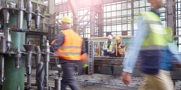 Crolla la produzione industriale: a novembre -2,6%. Timori di nuova