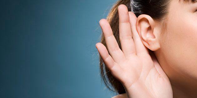Si sveglia e non riesce più a sentire le voci maschili: raro caso di una paziente