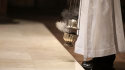 Inviava sms hot e faceva avances ai parrocchiani: rimosso sacerdote