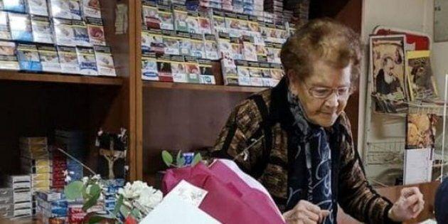 Angela Piccolo, tabaccaia di 90 anni, mette in fuga un rapinatore e lo fa arrestare a