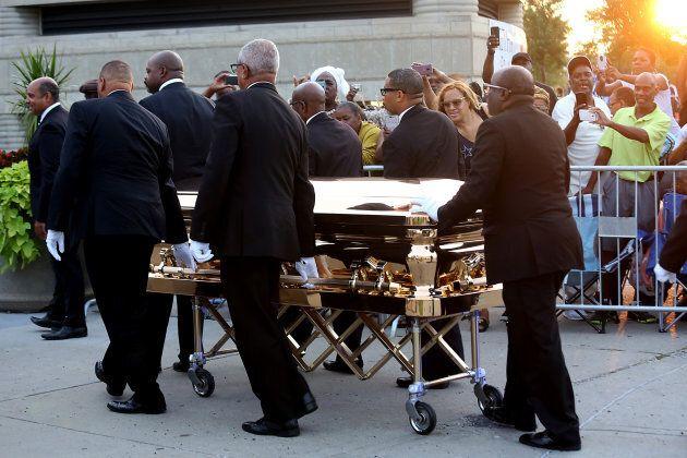 Aretha Franklin, regina anche nell'addio: tacchi a spillo rossi e bara d'oro alla camera