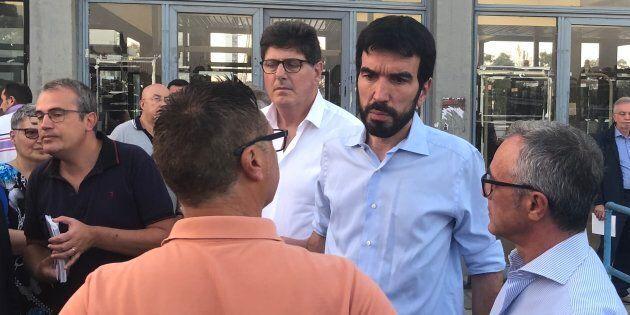 Il segretario del Pd Maurizio Martina ai cancelli dell'Ilva. I dem preparano l'esposto alla Corte dei...
