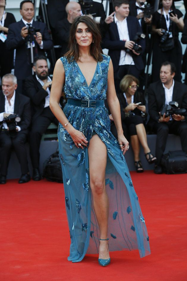 Lo spacco di Elisa Isoardi sul red carpet di Venezia lascia tutti senza parole (ma imbarazza la