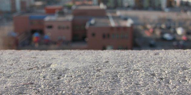 Trova figlia 27enne senza vita nel letto, madre si lancia dal balcone: il giallo di
