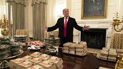 Hamburger per tutti. Trump offre la cena alla squadra di football (a causa dello
