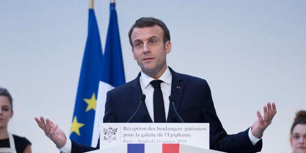 Macron tenta la carta del dialogo: 60 giorni di
