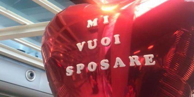 Catania, proposta di matrimonio in aeroporto: lei rifiuta e